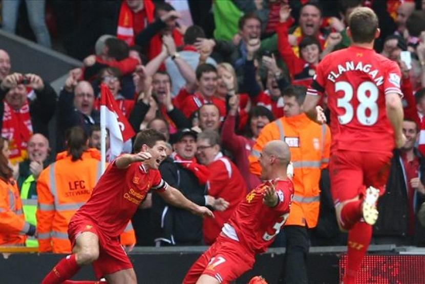 Gerrard merayakan gol Martin Skrtel
