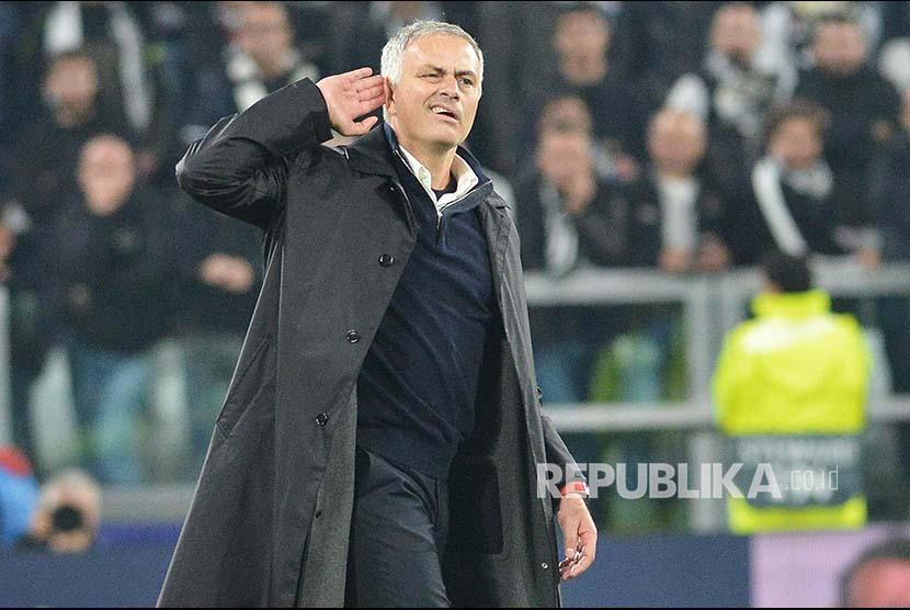 Gesture Mourinho ke arah fans Juventus usai laga Juventus vs Manchester United di Allianz Stadium, Turin, Itali, Kamis (8/11) dini hari.