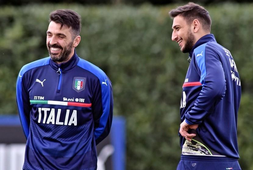 Gianluigi Buffon dan Gianluigi Donnarumma (kanan).