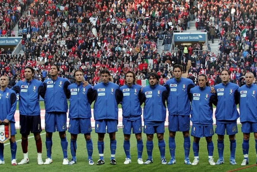 Gianluigi Buffon (kedua kiri) di timnas Italia 2006.