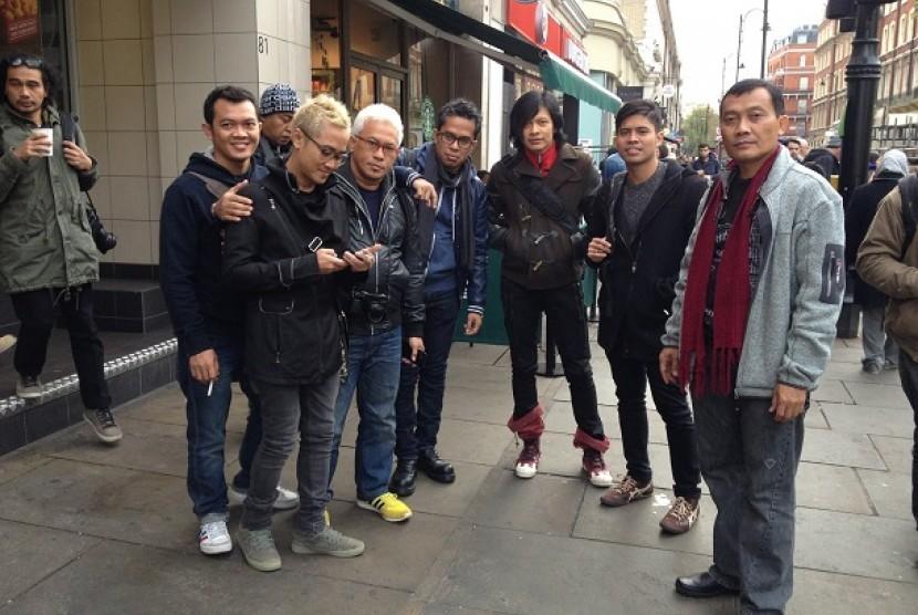 Gigi bersama rombongan saat berada di Stasiun Camden