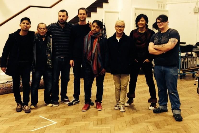Gigi foto bersama seluruh kru dan Chris Boilster, orang yang membantu proses rekaman Gigi di Abbey Road Studio