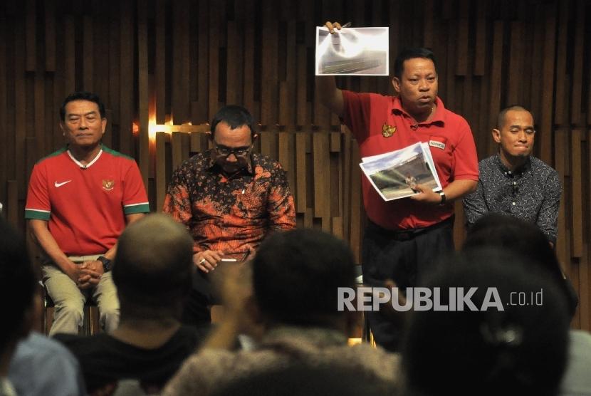 Sarman El Hakim (kedua kanan) menyampaikan visi misinya pada acara Debat Calon Ketua Umum (Ketum) PSSI 2016-2020 di Jakarta.