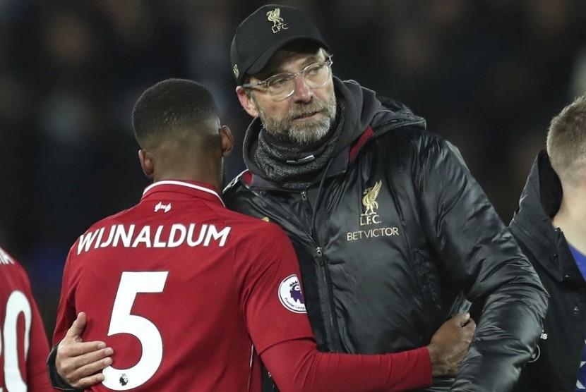 Georginio Wijnaldum (kiri) memeluk pelatih Liverpool Juergen Klopp seusai laga kontra Leicester City.