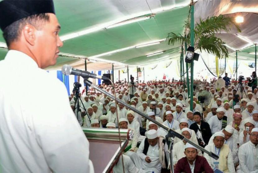 Gita Wirjawan menghadiri Haul Abuya Assayid Muhammad Bin Alwi Al Maliki Al Hasani di Pondok Pesantren Darullghah Wadda'wah, Kecamatan Bangil, Kabupaten Pasuruan.