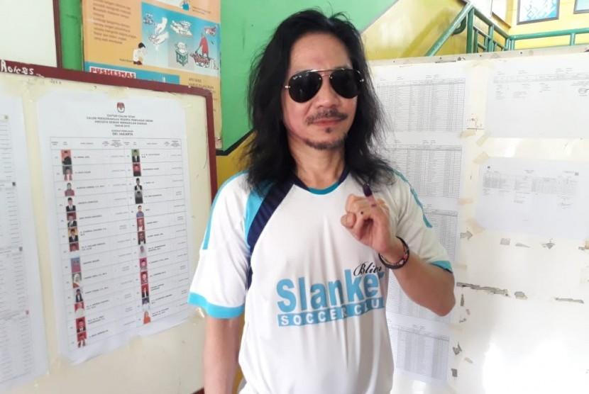 Gitaris Slank Abdee Negara menggunakan hak pilih dalam Pemilu 2019 di TPS 83, Kelurahan Duren Tiga, Kecamatan Pancoran, Jakarta Selatan, Rabu (17/4) siang. Lokasi TPS Abdee berdekatan dengan dua personel Slank lain, Kaka dan Bimbim.