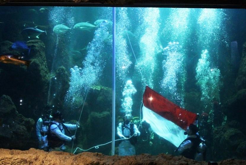 Gladi bersih pengibaran bendera di dalam akuarium, Senin (12/8).