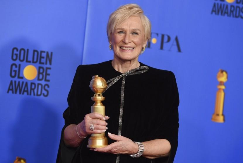 Glenn Close memegang Golden Globe untuk kemenangannya di film The Wife.