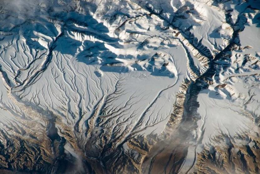 Gletser di Pegunungan Himalaya yang mencair.