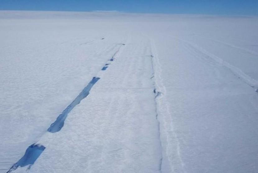 Gletser Totten di atas batuan es, tapi lebih sedikit daripada yang diperkirakan sebelumnya.