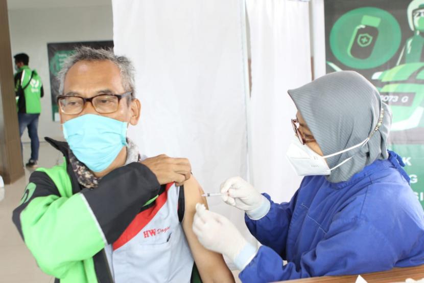 Gojek melaksanakan penyuntikan vaksinasi bagi driver di Cirebon, Rabu (9/6).