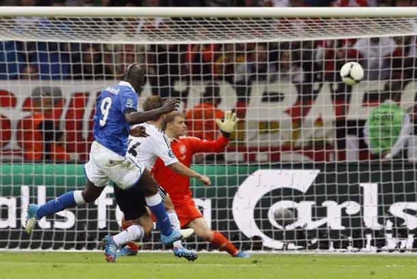 Gol kedua Mario Balotelli dalam laga semifinal Piala Eropa 2012 antara Italia melawan Jerman di Stadion Narodowny, Warsawa, Polandia, Jumat (29/6) dini hari WIB.