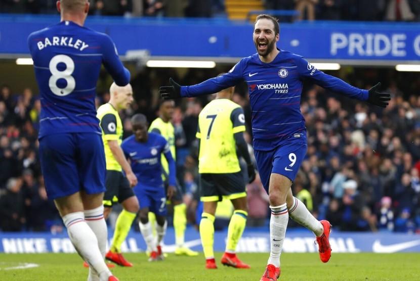 Gonzalo Higuain (kanan) merayakan golnya bersama Chelsea.