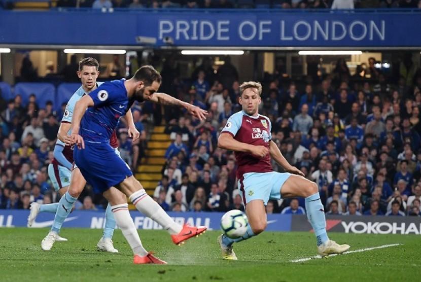 Gonzalo Higuain mencetak gol untuk Chelsea saat menghadapi Burnley di Stamford Bridge, Selasa (23/4) dini hari WIB