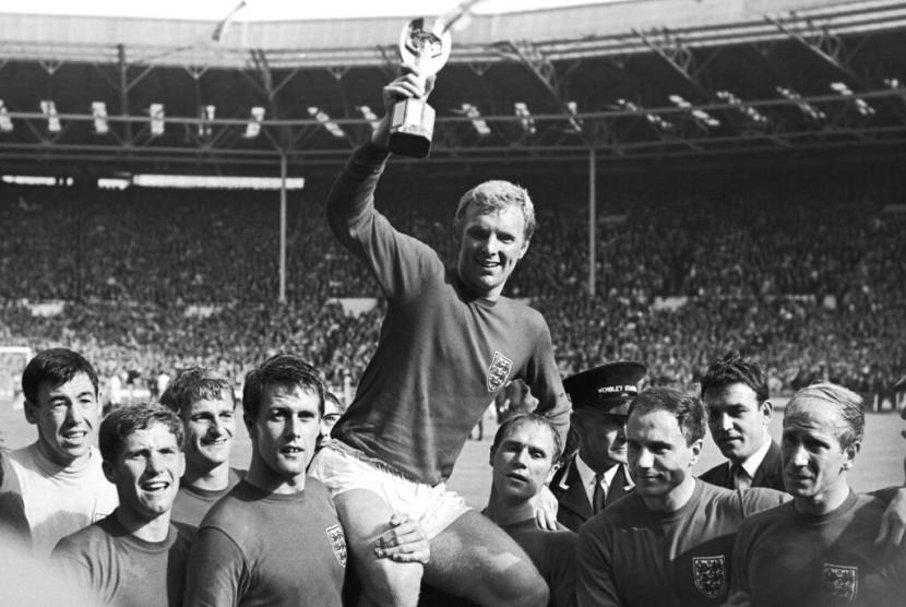 Gordon Banks saat mengangkat trofi Piala Dunia 1966.
