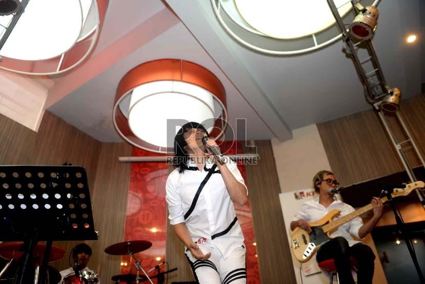 Grup Band Gigi saat tampil membawakan sebuah lagu saat peluncuran album religi