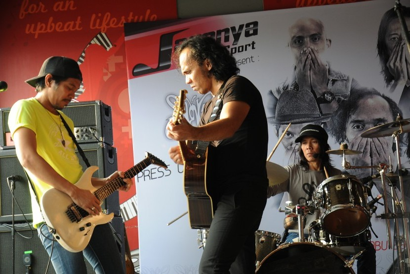 Grup band Slank tampil di sela-sela peluncuran album religi mereka di Jakarta, Rabu (29/6).