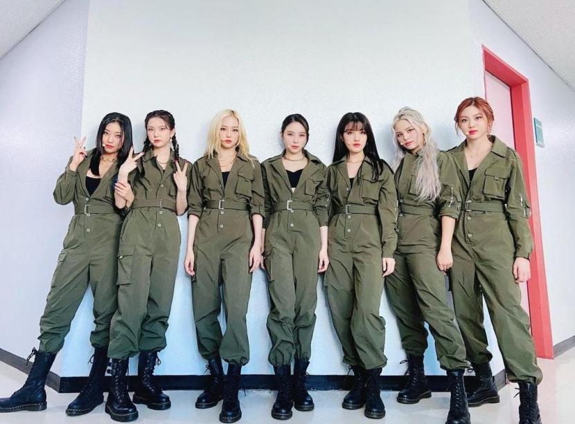 Grup K-pop, CLC. Tiga personel CLC yakni Seunghee (keempat dari kanan), Yeeun (kelima dari kanan), dan Seungyeon (pertama dari kiri) membuat debut akting dalam film horor.