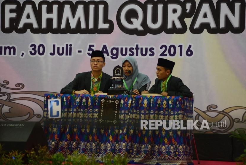 Grup Kafilah dari Banten menjawab pertanyaan dewan hakim saat menjalani sesi semi final lomba Cabang Fahmil Al Quran dalam rangkaian MTQ Nasional ke XXVI yang diadakan di Aula Bank Indonesia Kota Mataram, Nusa Tenggara Barat, Rabu (3/8)