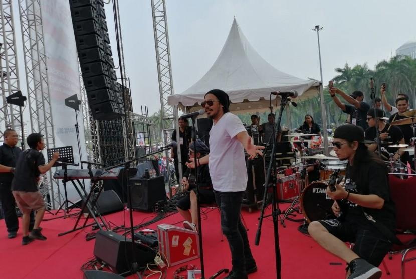 Grup musik Jamrud menjadi pengisi acara Festival Damai di Silang Monas, Jakarta, Ahad (23/6).