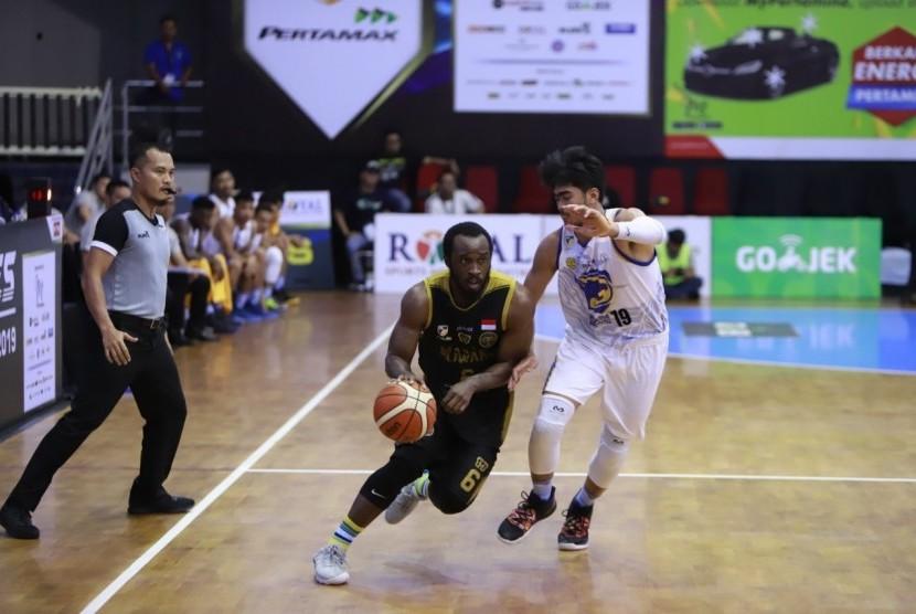 Guard Bogor Siliwangi Martavious Irving membawa bola dijaga pemain Prawira Bandung.