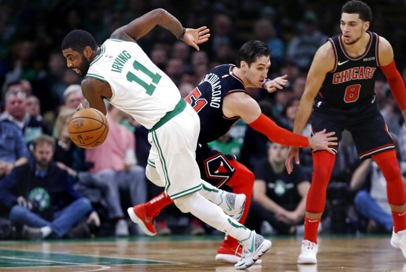 Guard Boston Celtic Kyrie Irving (kiri) saat menghadapi Chicago Bulls.