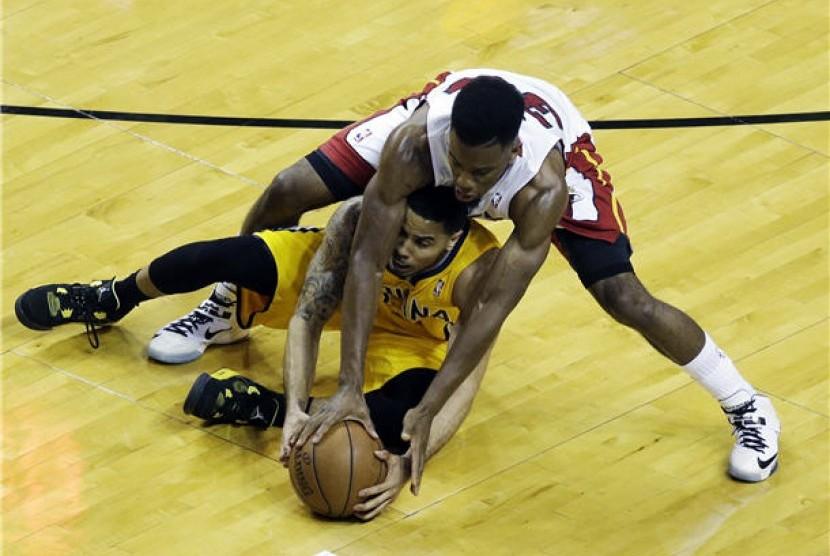 Guard Indiana Pacers, D.J. Augustin (bawah), berebut bola dengan guard Miami Heat, Norris Cole (30), dalam laga final Wilayah Timur playoff NBA.