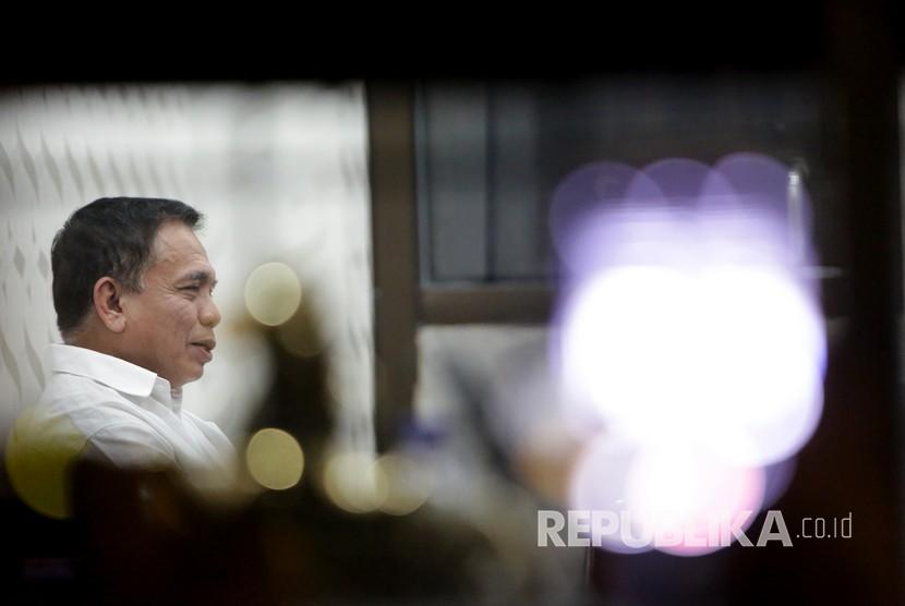 Gubernur Aceh Irwandi Yusuf duduk di salah satu ruangan Direktorat Reserse Kriminal Khusus Polda Aceh di Banda Aceh, Aceh, Selasa (3/7).