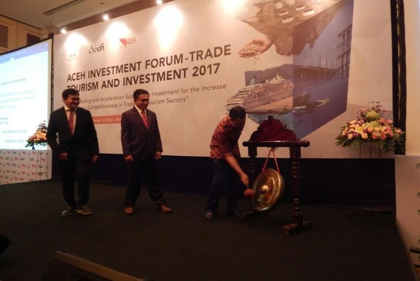 Gubernur Aceh Irwandi Yusuf memaparkan sejumlah prospek kerja sama investasi Aceh di depan pengusaha dan Duta Besar dalam acara Aceh Investment Forum- Trade, Tourism dan Investment, di Shangri-La Hotel Jakarta, Kamis (16/11).
