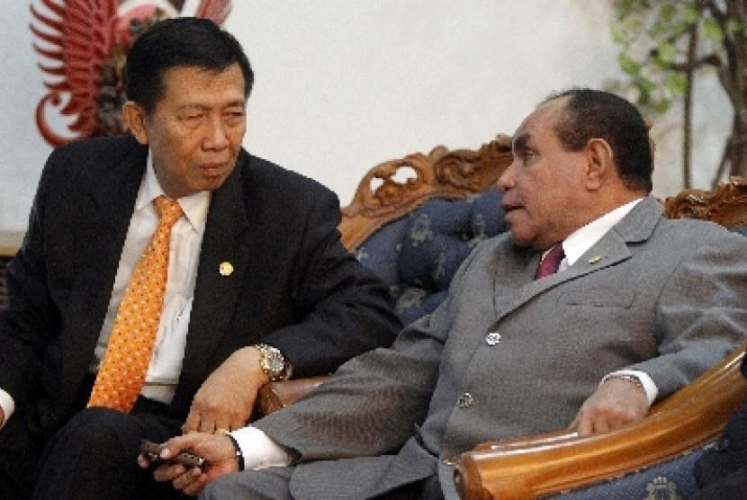 Gubernur Bali I Made Mangku Pastika (kiri).