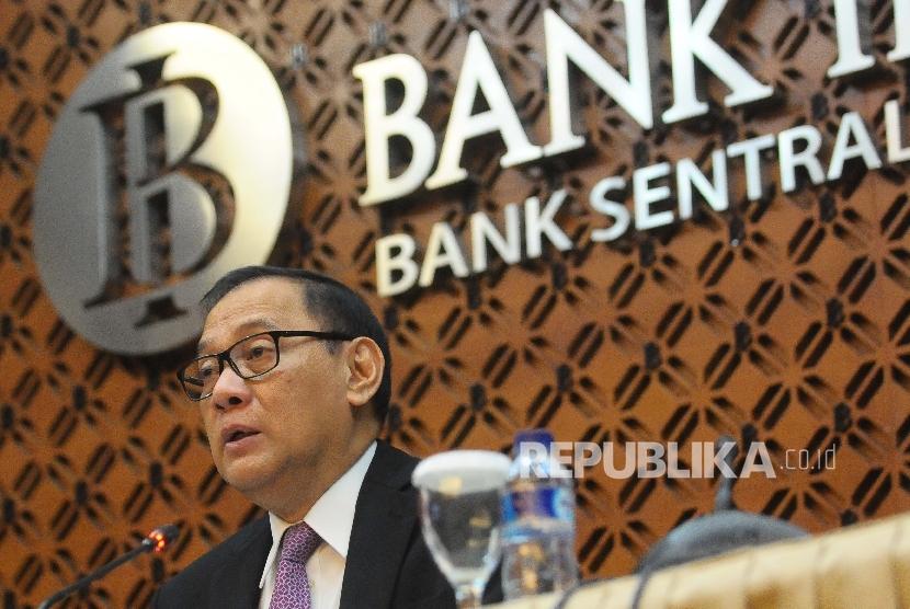 Gubernur Bank Indonesia (BI) Agus Martowardojo memberikan keterangan kepada wartawan seusai rapat dewan gubernur BI (RDG) di Gedung BI, Jakarta, Kamis (18/5).