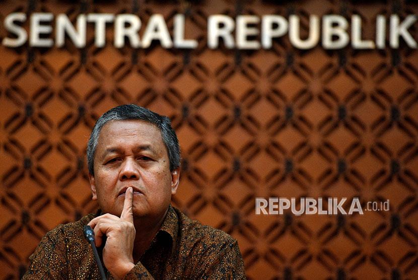 Gubernur Bank Indonesia (BI) Perry Warjiyo memberikan keterangan pers di kantor pusat BI, Jakarta, Jumat (8/6).
