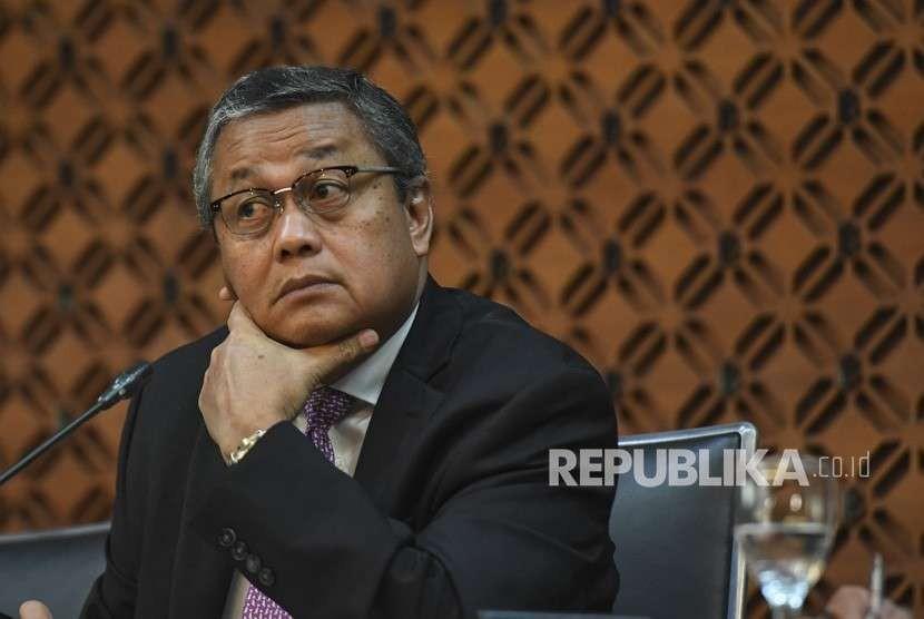 Gubernur Bank Indonesia (BI) Perry Warjiyo menyampaikan hasil Rapat Dewan Gubernur di kantor pusat BI, Jakarta, Kamis (27/9).
