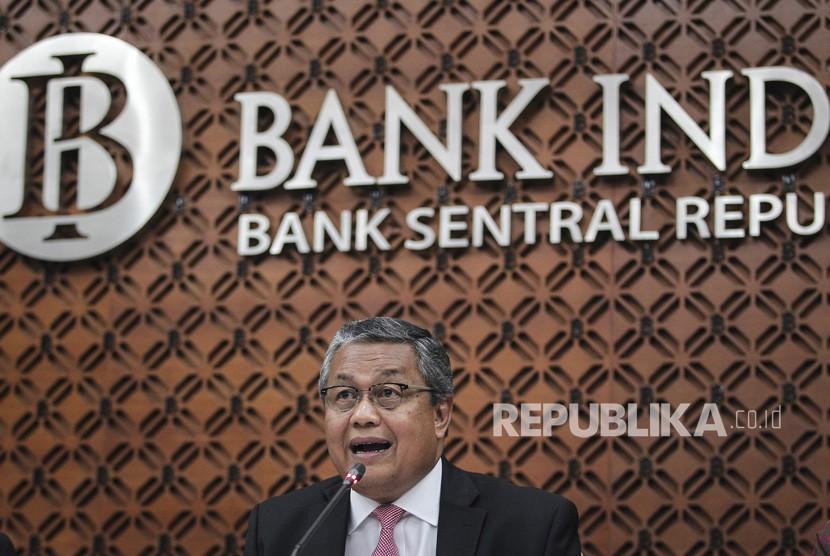 Gubernur Bank Indonesia (BI) Perry Warjiyo menyampaikan keterangan pers tentang hasil Rapat Dewan Gubernur BI bulan April 2019 di kantor pusat BI, Jakarta, Kamis (25/4/2019).