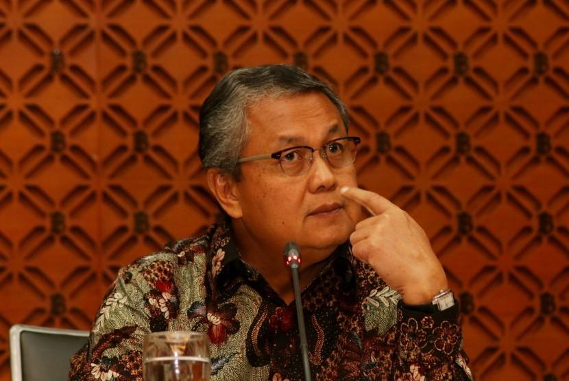 Gubernur Bank Indonesia Perry Warjiyo memberikan keterangan pers seusai mengadakan Rapat Dewan Gubernur Bank Indonesia di Jakarta, Jumat (29/6).