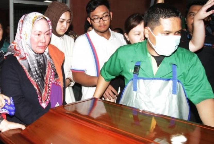 Gubernur Banten Ratu Atut Chosiyah (kiri) didampingi Wali Kota Tangerang Selatan Airin Rachmi Diany (kedua kiri) mendampingi peti jenazah suaminya Hikmat Tomet saat akan dibawa ke mobil jenazah di RSPAD Gatot Subroto, Jakarta, Sabtu (9/11).