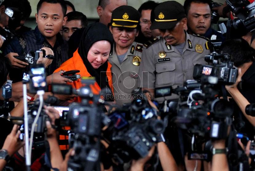Gubernur Banten Ratu Atut Chosiyah menggunakan rompi tahanan usai pemeriksaan di Gedung KPK, Jakarta, Jumat (20/12).   (Republika/ Wihdan Hidayat)