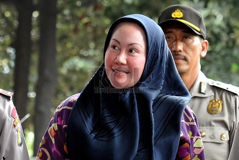 Gubernur Banten Ratu Atut Chosiyah saat tiba di gedung KPK untuk memenuhi panggilan KPK di Jakarta, Jumat (11/10).     (Republika/Prayogi)