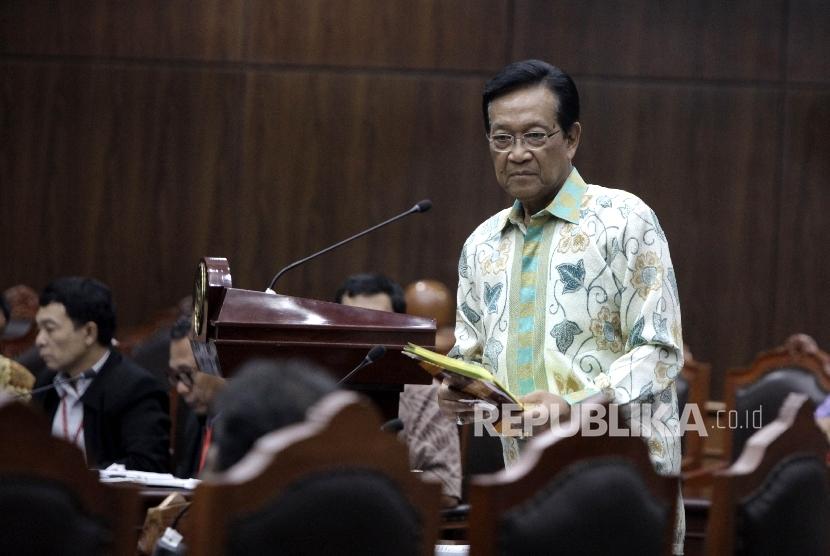 Gubernur Daerah Istimewa Yogyakarta (DIY) , Sri Sultan Hamengkubuwono X saat memberikan keterangan di Mahkamah Konstitusi, Jakarta, Kamis (17/11).