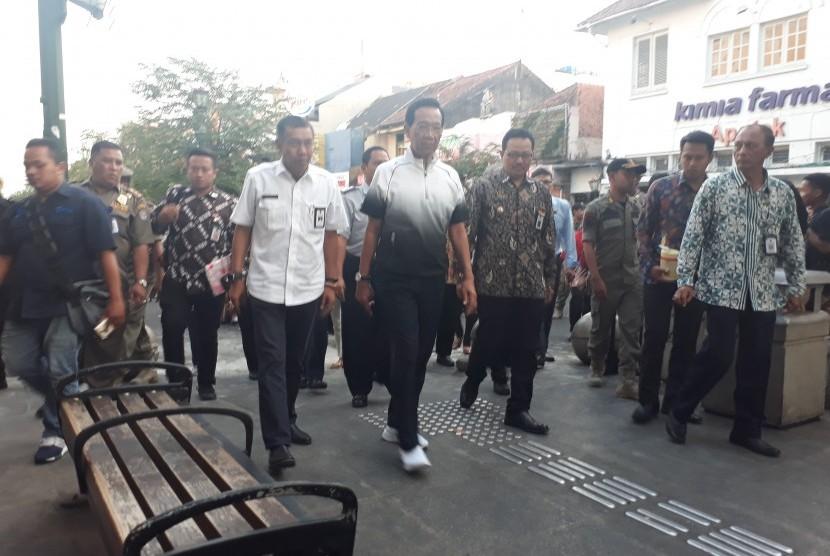 Gubernur DIY Sri Sultan Hamengku Buwono X saat memantu uji coba  Kawasan Malioboro yang bebas kendaraan bermotor, Selasa (18/6). Sultan  ditemani Wali Kota dan Wakil Wali Kota Yogyakarta.