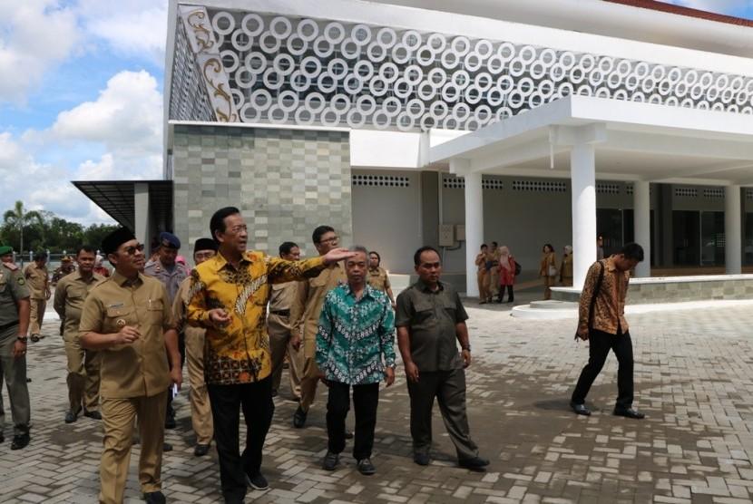 Gubernur DIY Sri Sultan Hamengkubuwono X (baju kuning) usai melakukan soft opening TBY.