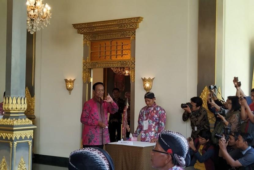 Gubernur DIY, Sri Sultan Hamengkubuwono X, menggunakan hak pilihnya di TPS 15 Panembahan, Yogyakarta, Rabu (17/4).