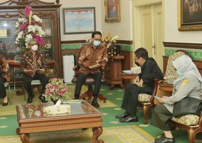 Gubernur DIY, Sri Sultan Hamengkubuwono X, saat bertemu Kepala Badan Penyuluhan dan Pengembangan SDM Pertanain (BPPSDMP) Kementerian Pertanian, Dedi Nursyamsi, di Kantor Kepatihan Yogyakarta,  Kamis (3/6).
