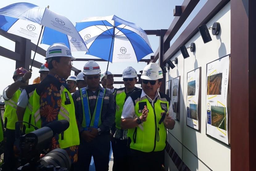 Gubernur DIY Sri Sultan HB X mendengarkan paparan progress pembangunan NYIA.