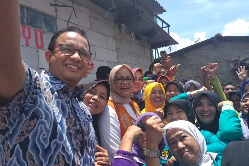 Gubernur DKI Jakarta Anies Baswedan berfoto bersama para kader juru pemantau jentik (jumantik) Kelurahan Lenteng Agung, Kecamatan Jagakarsa, Jakarta Selatan, Ahad (3/2).