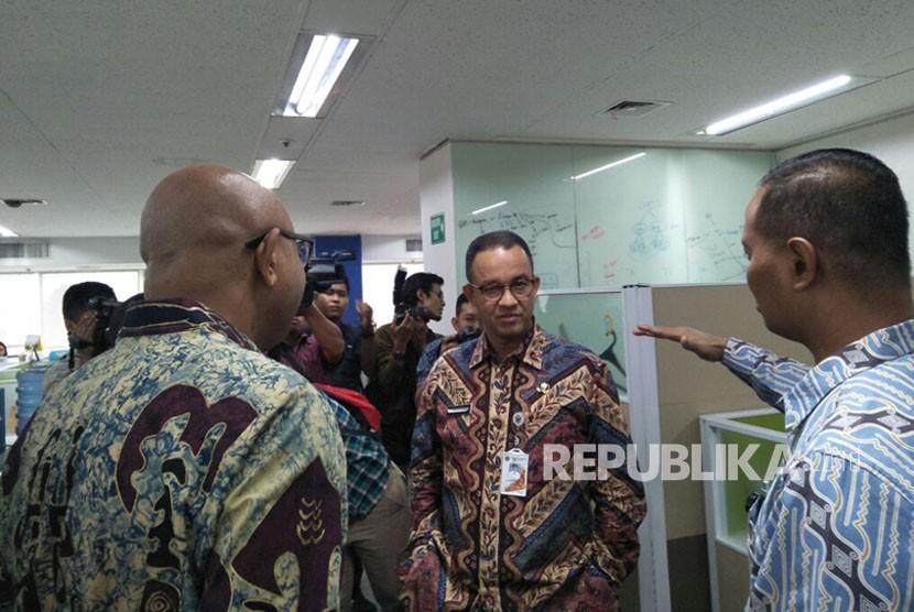 Gubernur DKI Jakarta, Anies Baswedan bersama Direktur Utama PT Mass Rapid Transit (MRT) William Sabandar (kiri) dan Direktur Operasi dan Pemeliharaan PT MRT, Agung Wicaksono (kanan), saat kunjungan ke kantor PT MRT, Wisma Nusantara lantai 21. Kamis (25/1).