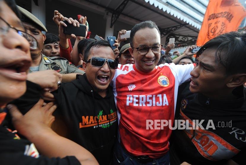Gubernur DKI Jakarta Anies Baswedan diarak oleh sejumlah Jakmania di halaman Balai Kota DKI Jakarta, Ahad (18/2).