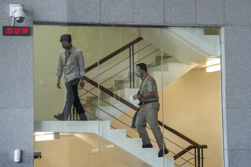 Gubernur DKI Jakarta Anies Baswedan (kanan) berjalan menuju ruangan saat akan menjalani pemeriksaan di Gedung Merah Putih KPK, Jakarta, Selasa (21/9/2021). KPK memeriksa Anies Baswedan sebagai saksi untuk tersangka mantan Direktur utama Perumda Sarana Jaya Yoory Corneles Pinontoan (YRC) atas kasus dugaan korupsi pengadaan lahan di Munjul, Cipayung, Jakarta Timur.