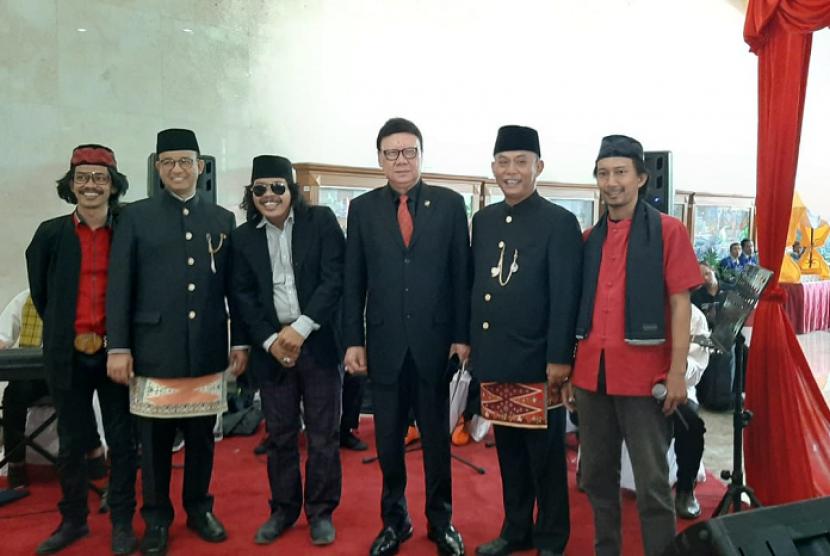 Gubernur DKI Jakarta Anies Baswedan (kedua dari kiri) dan Menteri Dalam Negeri Tjahjo Kumolo (ketiga dari kanan) berfoto bersama saat menghadiri Rapat Paripurna Istimewa DPRD dalam memperingati HUT Ke-492 DKI Jakarta, Sabtu (22/6).