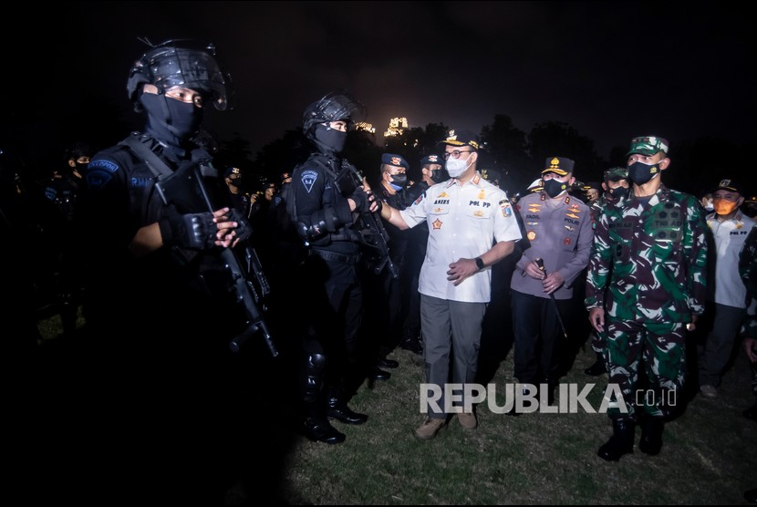 Gubernur DKI Jakarta Anies Baswedan (ketiga kanan) bersama Pangdam Jaya Mayjen TNI Mulyo Aji (kanan) dan Kapolda Metro Jaya Irjen Fadil Imran (kedua kanan) memeriksa kesiapan pasukan usai mengikuti apel bersama Penegakan Pendisiplinan PPKM Berskala Mikro TA 2021 di Jakarta.
